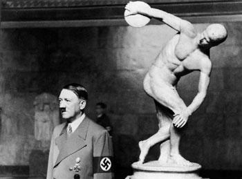 Fig. 3 Adolf Hitler en el Glyptothek Munich, 9 de Julio de  1938.