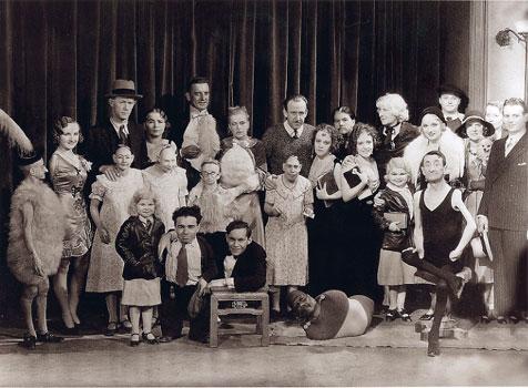 El elenco de Freaks, en medio Tod Browning