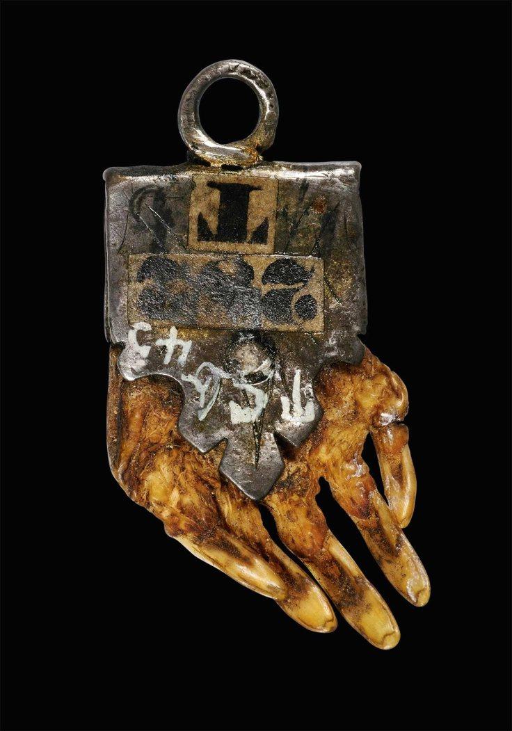La poblacio?n rural se protegi?a de supuestos conjuros demoníacos mediante amuletos como este de origen alemán. Siglo XVIII.