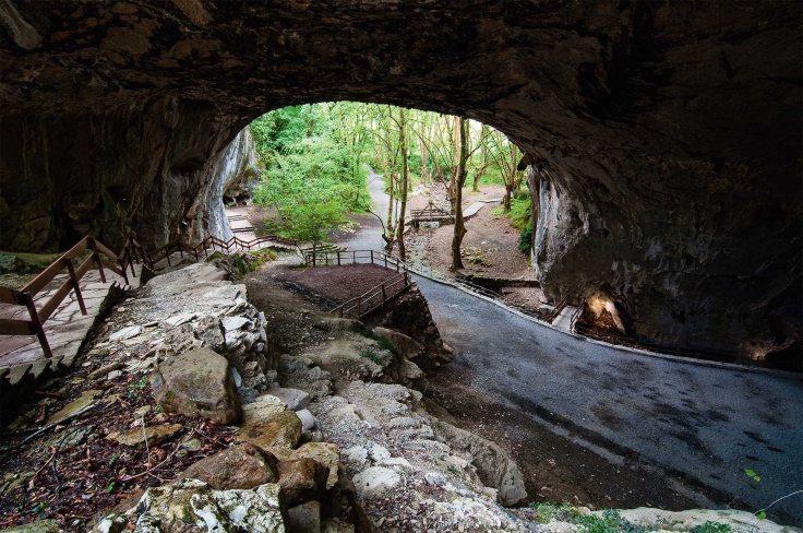 Las cuevas de Zugarramurdi- En el proceso contr a las brujas navarras celebrado en Logroño en 1610 se las acusó de celebrar akelarres en un prado junto al pueblo, cerca de unas grutas.