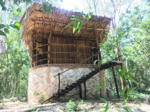 Baño compostero hecho con técnicas de construcción vernácula de tradición maya.